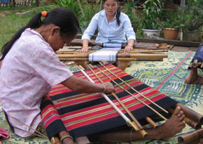Women making rebozos in Laos